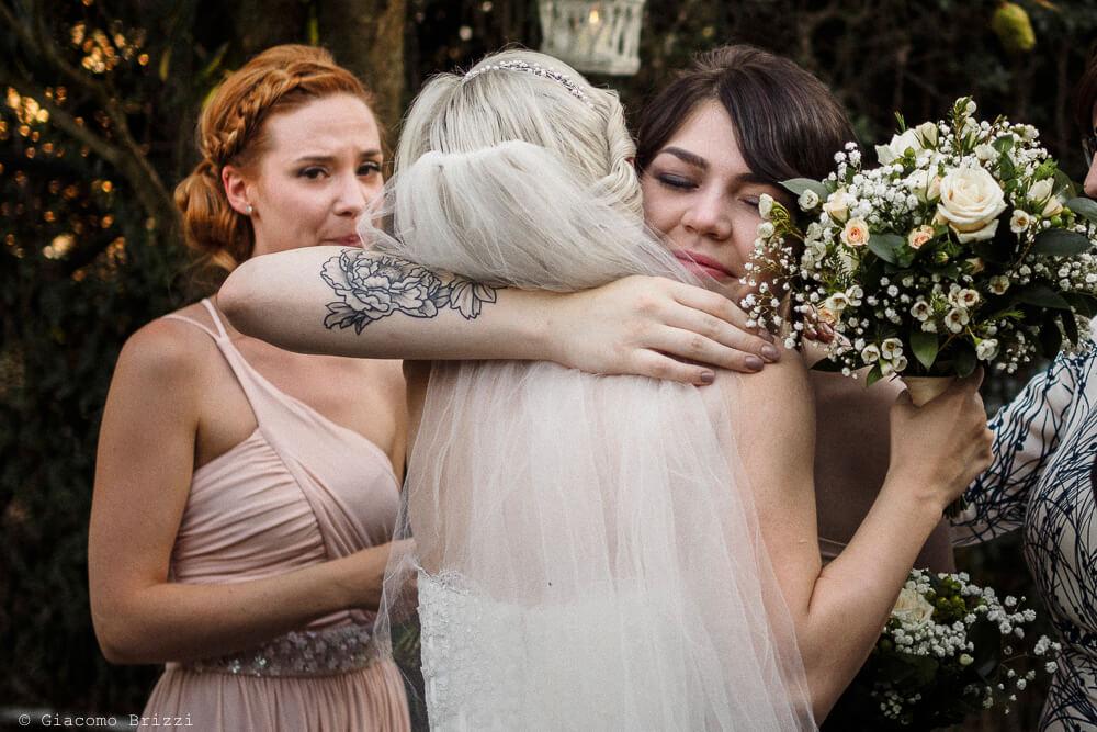 Abbraccio alla sposa Matrimonio ad Alghero