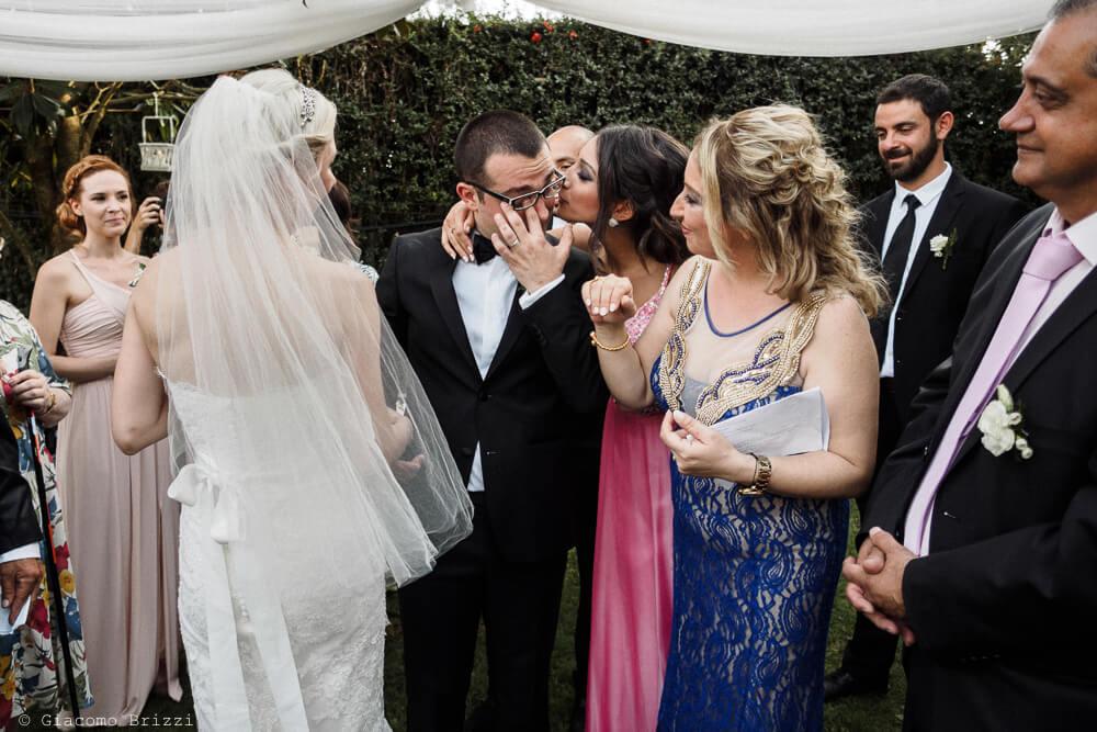 Abbraccio allo sposo Matrimonio ad Alghero