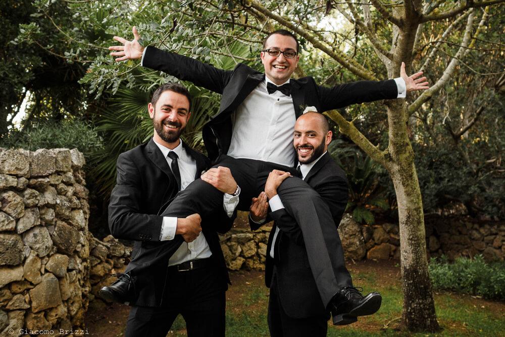 Invitati festeggiano lo sposo Matrimonio ad Alghero