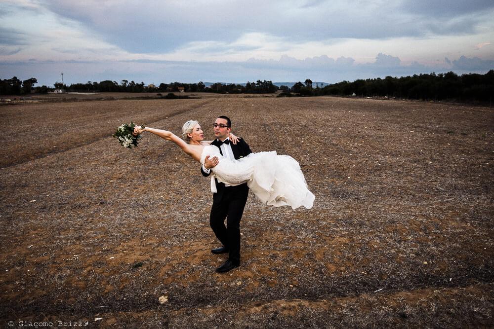 Foto dello sposo con sposa in braccio Matrimonio ad Alghero