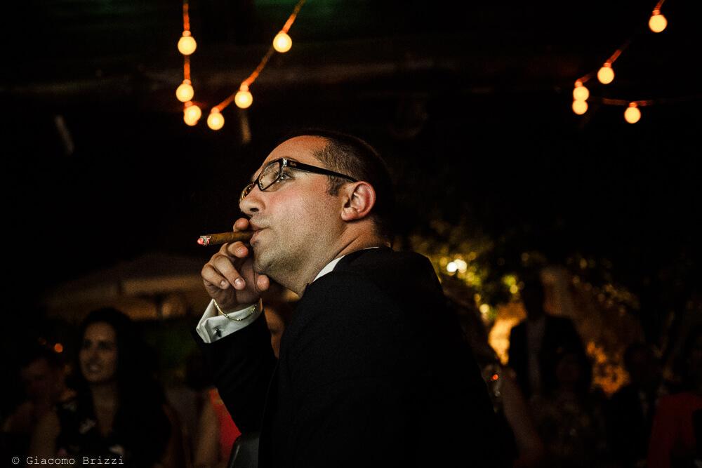 Primo piano sposo che fuma al ricevimento Matrimonio ad Alghero