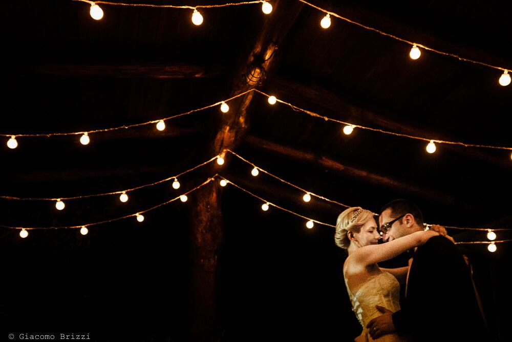 Gli sposi si abbracciano al Matrimonio ad Alghero