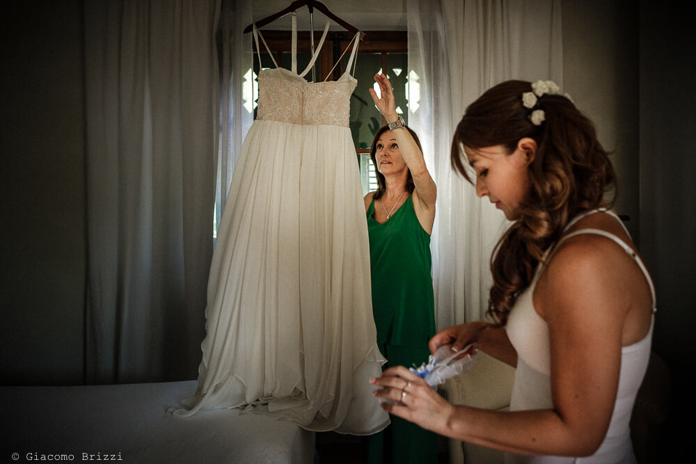 Ultimi ritocchi all'abito della sposa Matrimonio a Sarzana