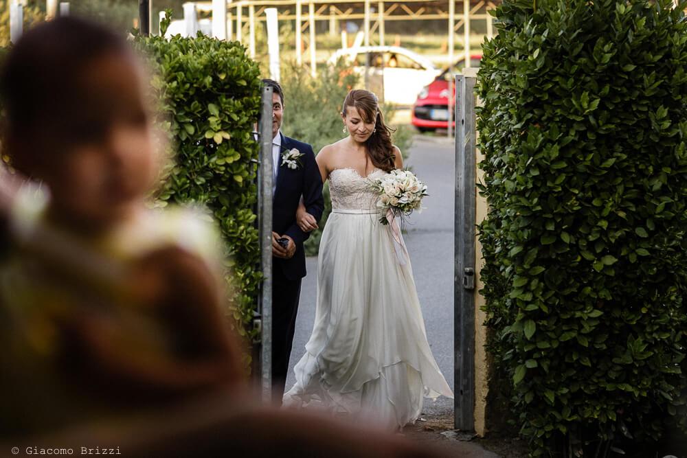 Gli sposi a braccetto Matrimonio a Sarzana