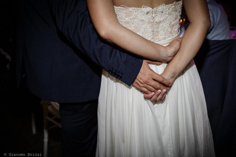 Dettagli stretta di mano degli sposi Matrimonio a Sarzana