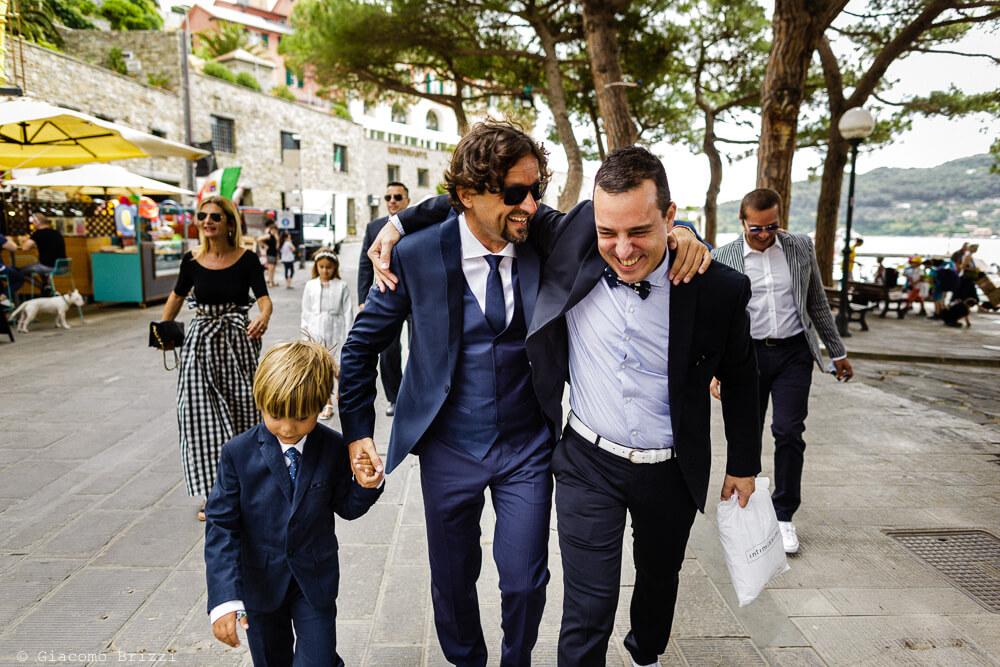 Ospiti si divertono prima della cerimonia al Matrimonio a Portovenere