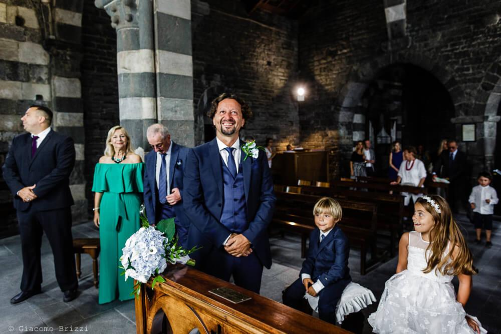 Nella chiesa lo sposo aspetta al Matrimonio a Portovenere