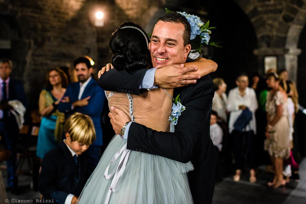 Gli sposi si abbracciano durante la cerimonia al Matrimonio a Portovenere