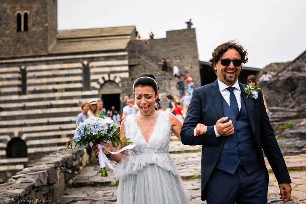 Gli sposi scendono le scale al Matrimonio a Portovenere
