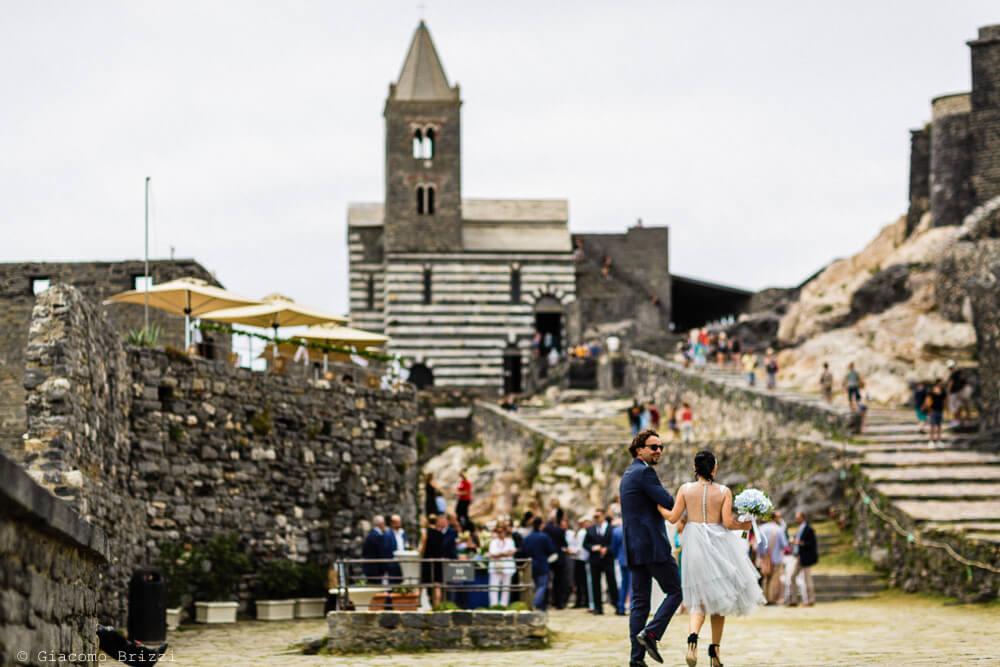 Gli sposi nella piazzetta al Matrimonio a Portovenere