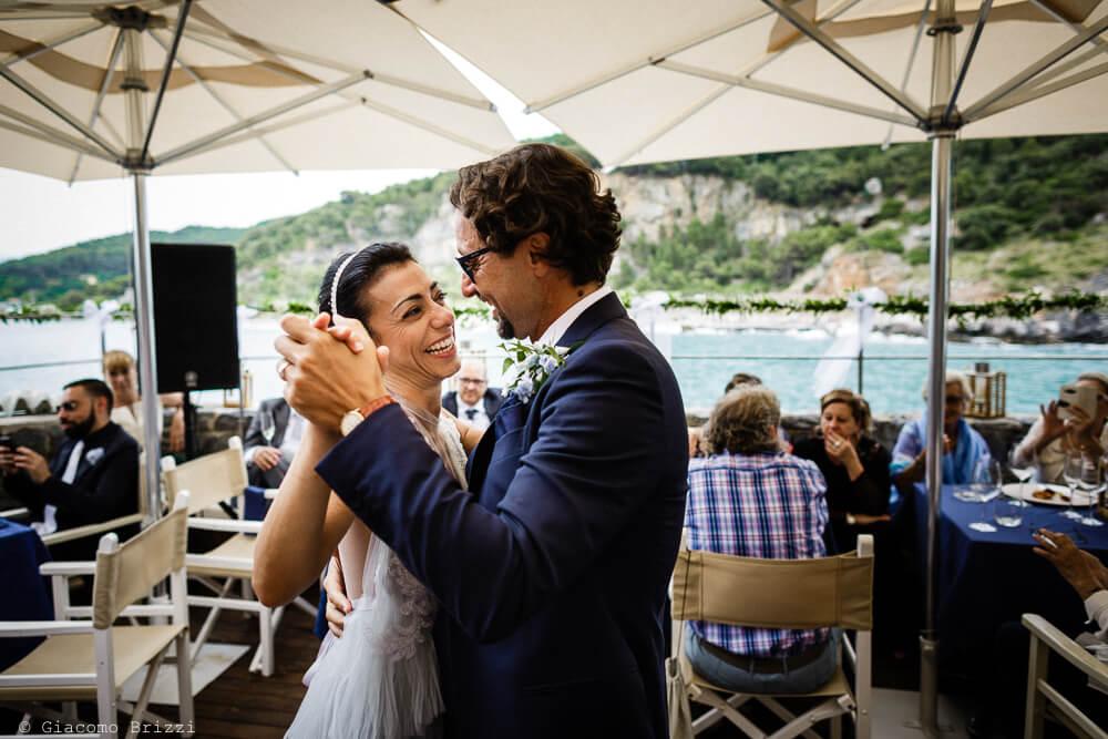 Gli sposi ballano al ricevimento del Matrimonio a Portovenere