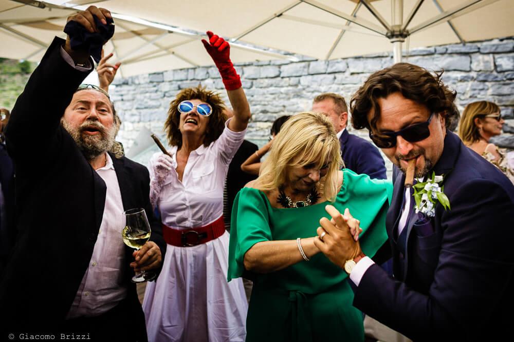 Gli invitati ballano al ricevimento del Matrimonio a Portovenere