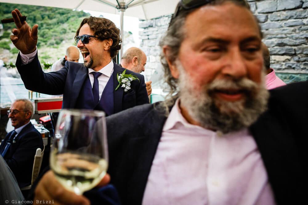 Dettaglio sullo sposo al ricevimento del Matrimonio a Portovenere