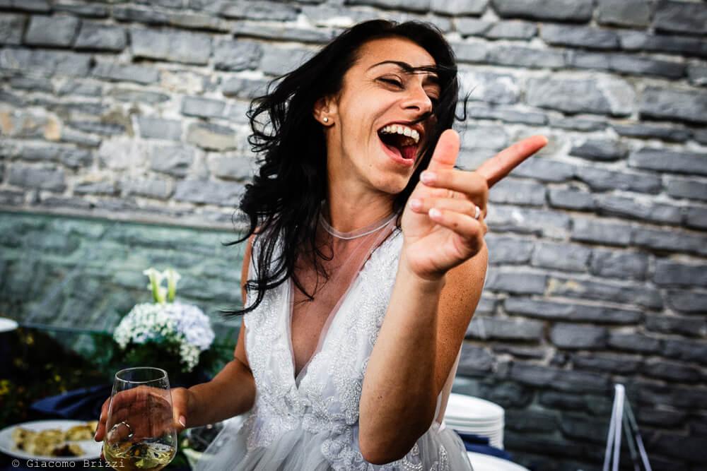 Una invitata balla durante il ricevimento del Matrimonio a Portovenere