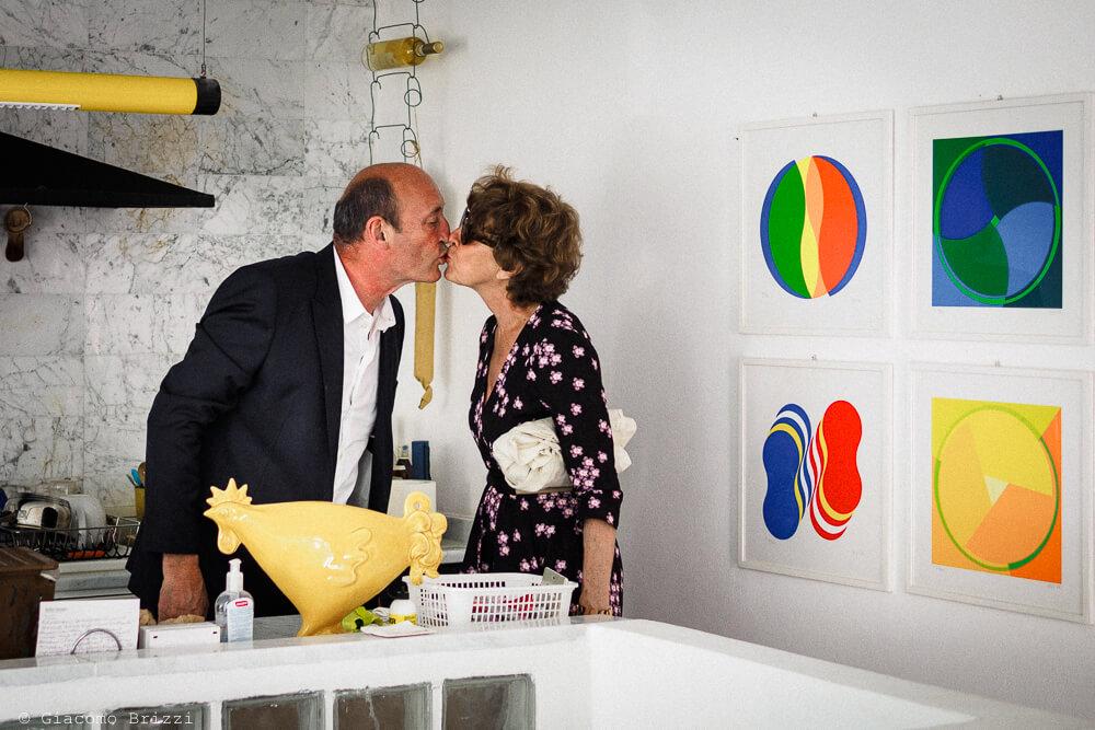 Un bacio degli ospiti al Matrimonio di Ameglia