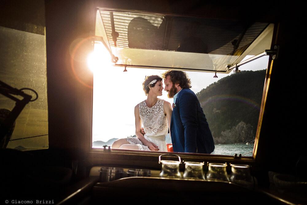 Gli sposi in barca al Matrimonio di Ameglia