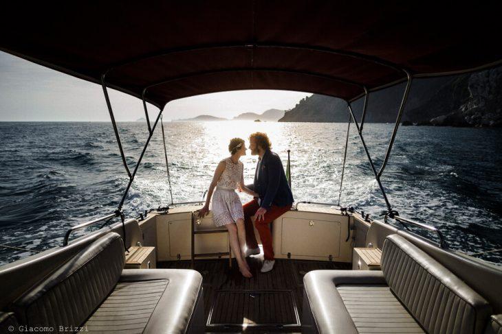 Foto suggestiva sposi in barca al Matrimonio di Ameglia