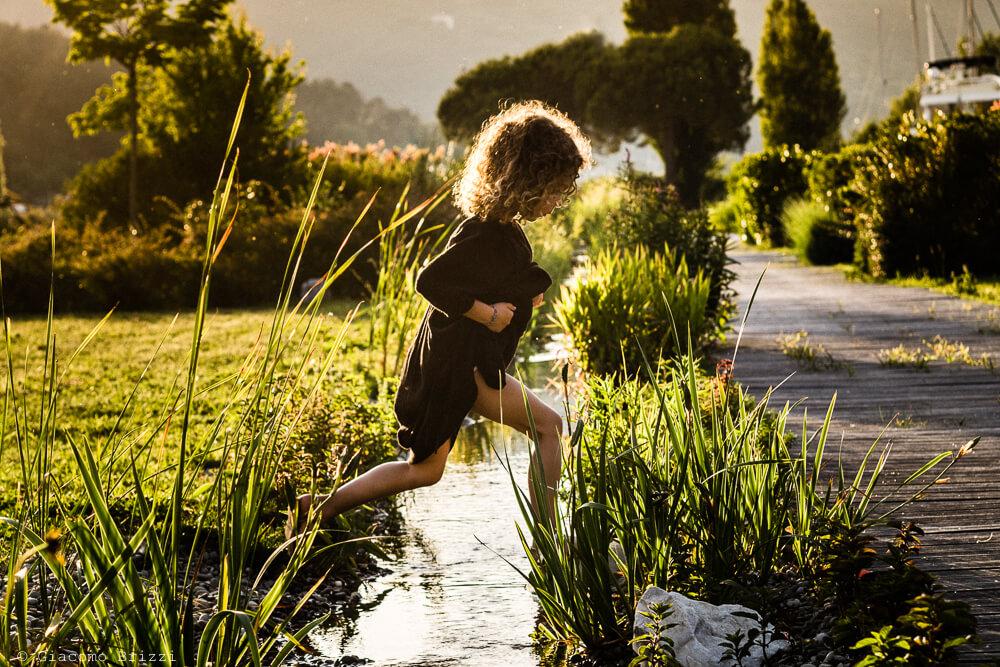 Bambina gioca in acqua al Matrimonio di Ameglia