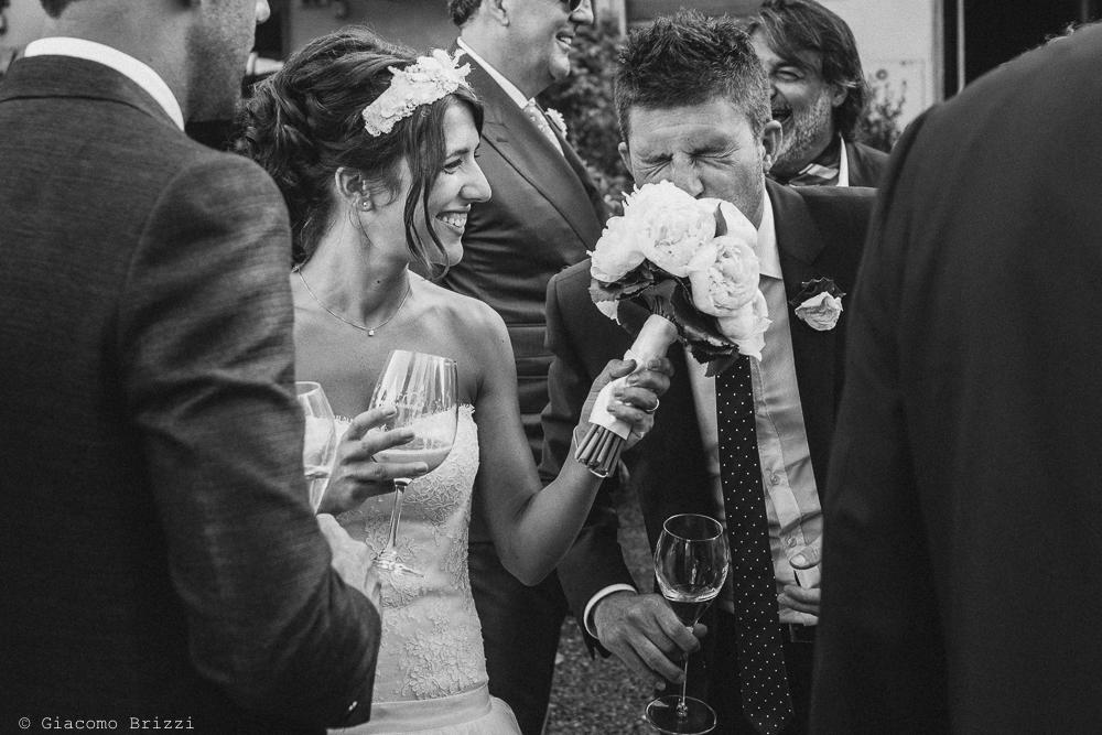 Foto che coglie un momento di scherzo della sposa con gli invitati, fotografo matrimonio Forte dei Marmi, Versilia