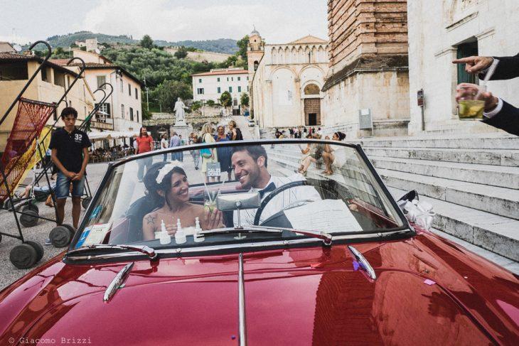 I due sposi in auto, fotografo matrimonio Forte dei Marmi, Versilia