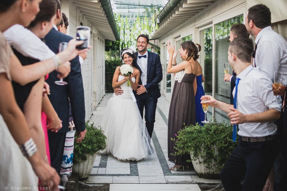 I due sposi raggiungono gli invitati al ricevimento, fotografo matrimonio Forte dei Marmi, Versilia
