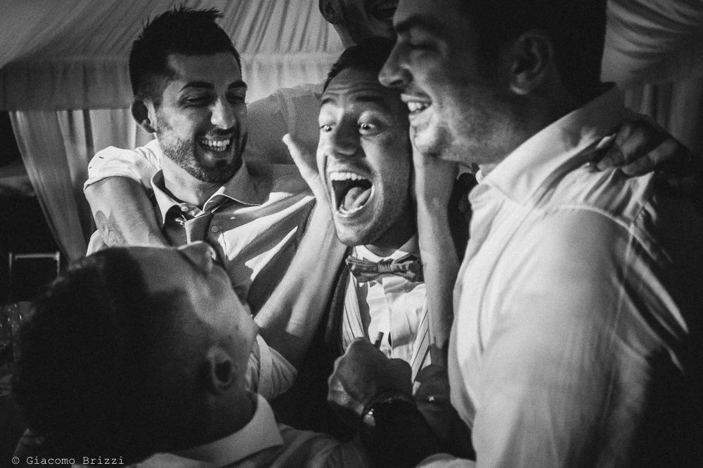 Un caloroso abbraccio con lo sposo, fotografo matrimonio Forte dei Marmi, Versilia