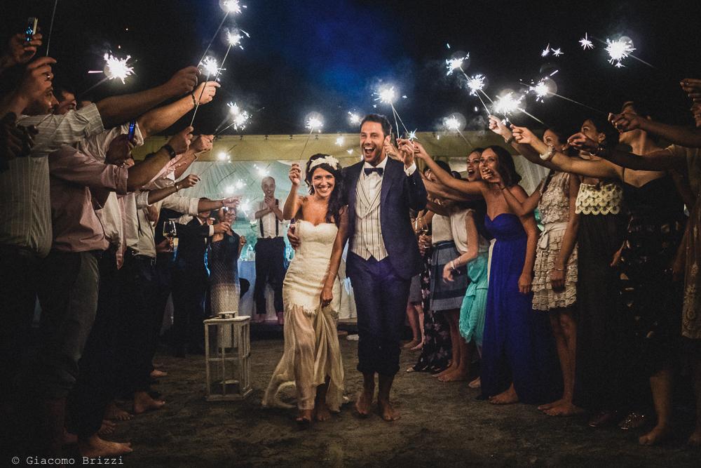 Gli sposi sotto una cascata di stelle filanti, fotografo matrimonio Forte dei Marmi, Versilia