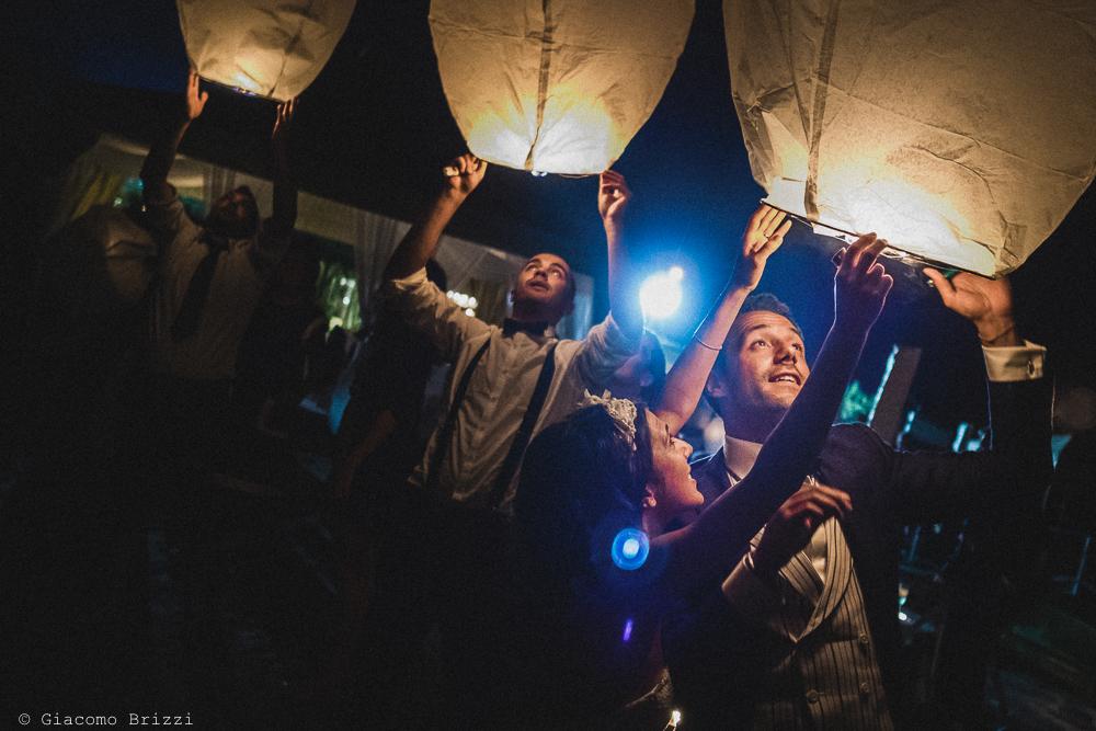 Si fanno alzare le lanterne illuminate in spiaggia, fotografo matrimonio Forte dei Marmi, Versilia