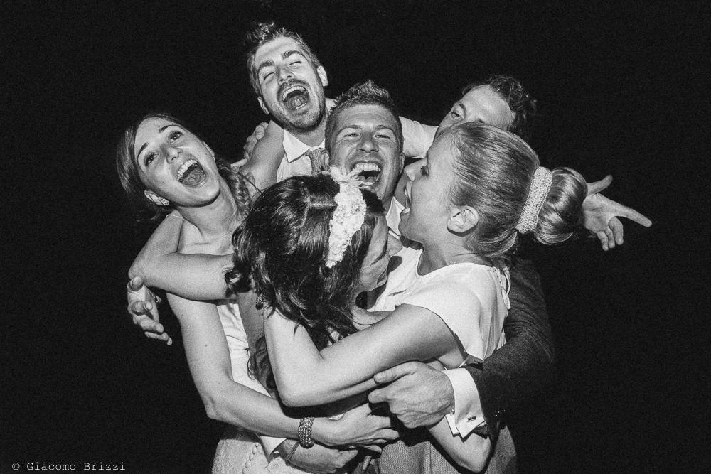 Un abbraccio di gruppo, fotografo matrimonio Forte dei Marmi, Versilia
