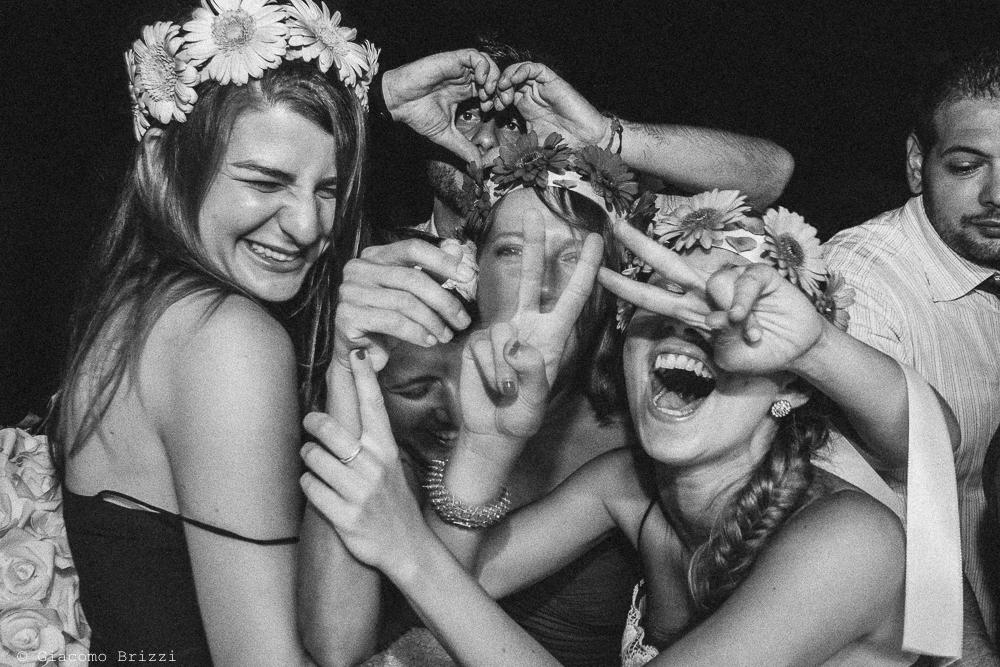 Le amiche scherzano con la sposa, fotografo matrimonio Forte dei Marmi, Versilia