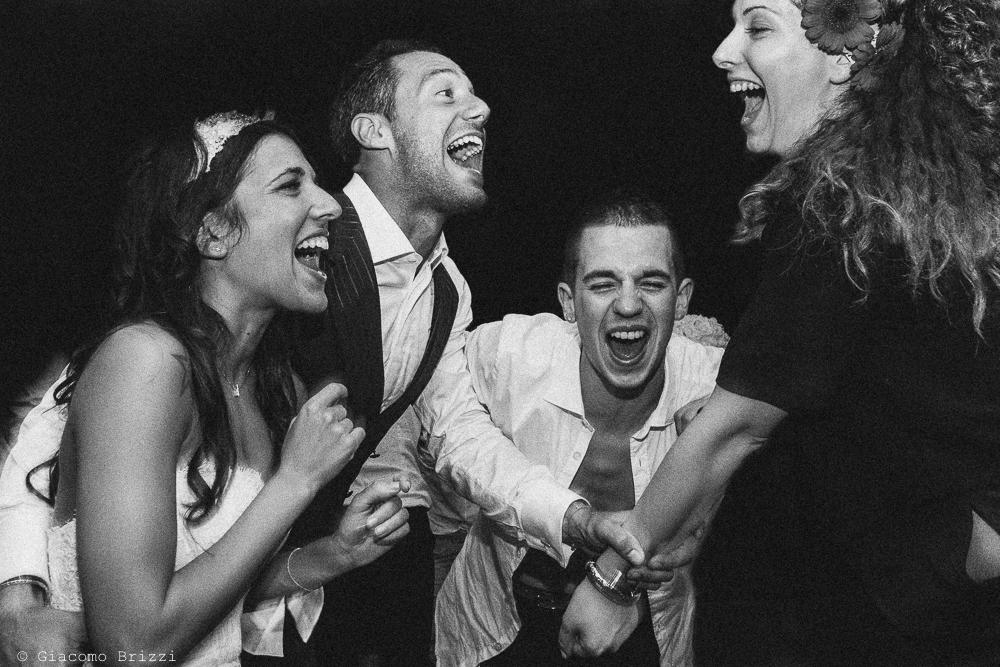 Foto di gruppo sorridente, fotografo matrimonio Forte dei Marmi, Versilia