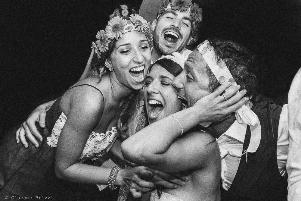 Foto di gruppo sorridente che scherza, fotografo matrimonio Forte dei Marmi, Versilia