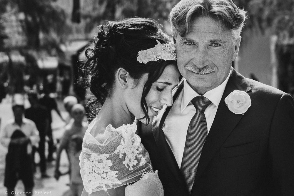 La sposa abbraccia suo padre prima di entrare in chiesa, fotografo matrimonio Forte dei Marmi, Versilia