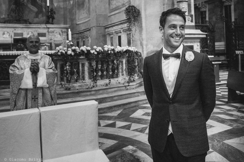 Lo sposo in chiesa attende la sua sposa, fotografo matrimonio Forte dei Marmi, Versilia
