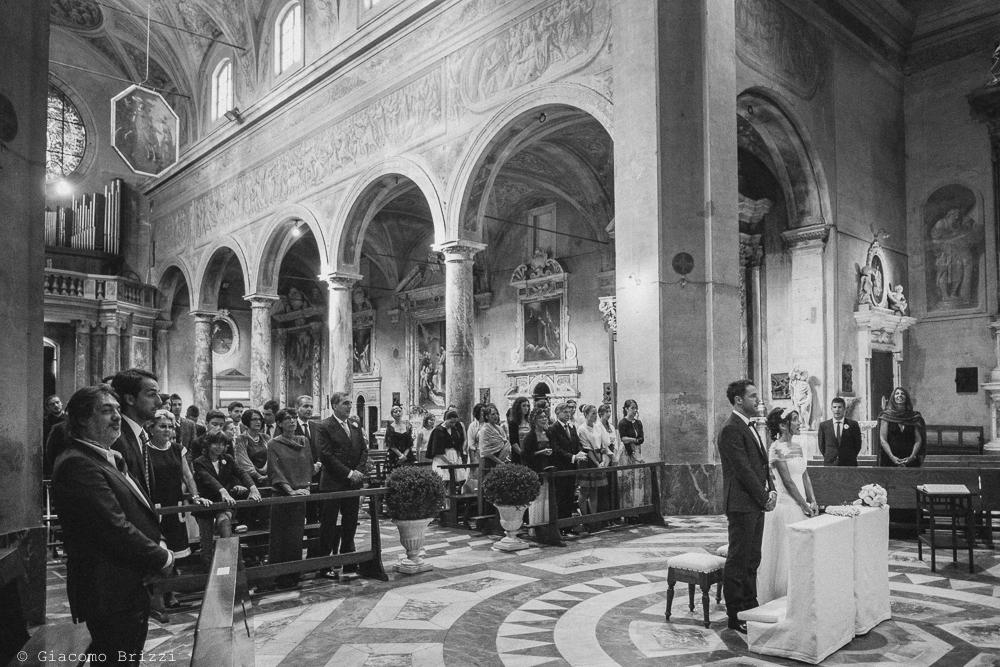 Foto generale in chiesa degli invitati e i due sposi all'altare, fotografo matrimonio Forte dei Marmi, Versilia