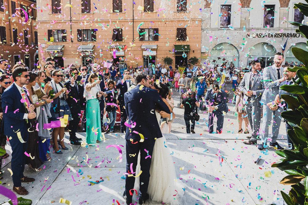 Gli sposi sono usciti dalla chiesa e festeggiati dagli invitati, fotografo matrimonio Forte dei Marmi, Versilia