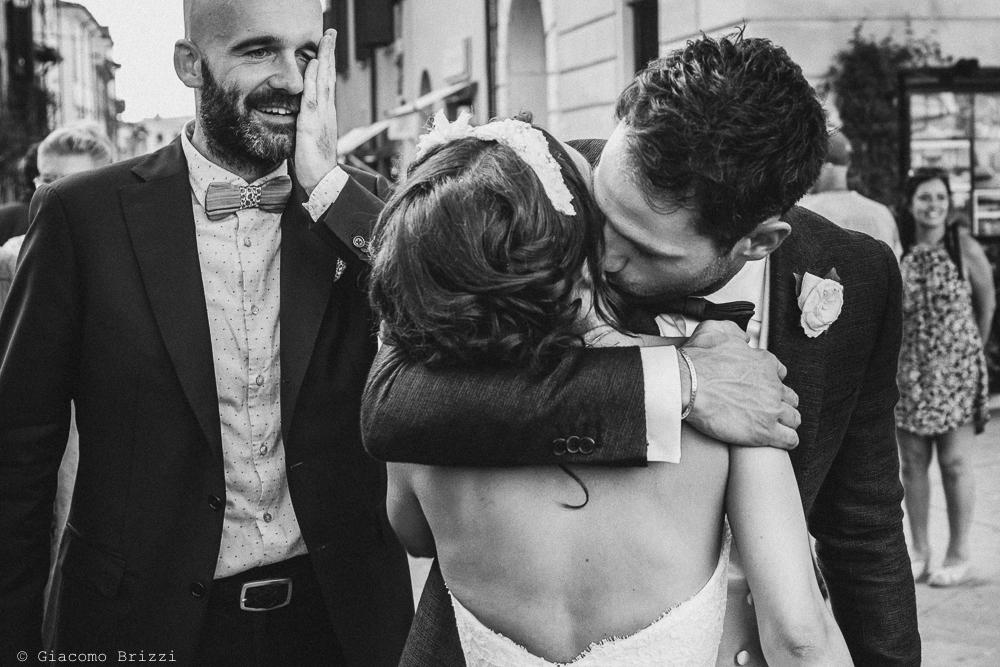 Un abbraccio alla sposa, fotografo matrimonio Forte dei Marmi, Versilia