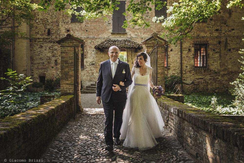 0e7dc69e220d La sposa arriva al castello fotografo matrimonio Castello di Paderna a  Pontenure
