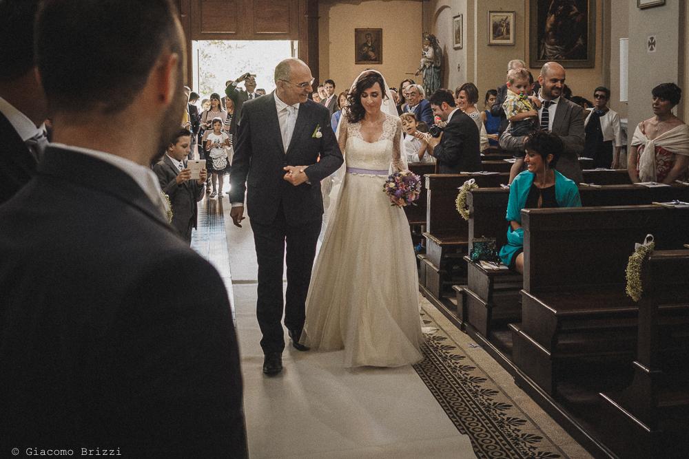La sposa acoompagnata all'altare fotografo matrimonio Castello di Paderna a Pontenure
