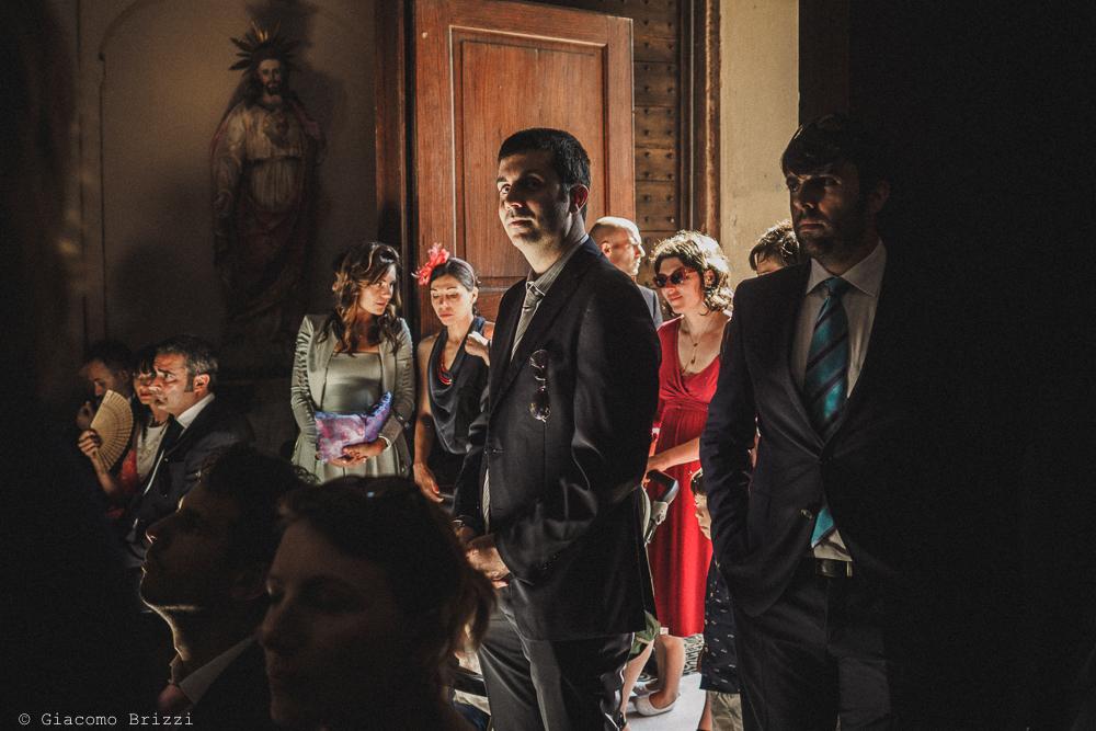 Una foto degli invitati in chiesa fotografo matrimonio Castello di Paderna a Pontenure