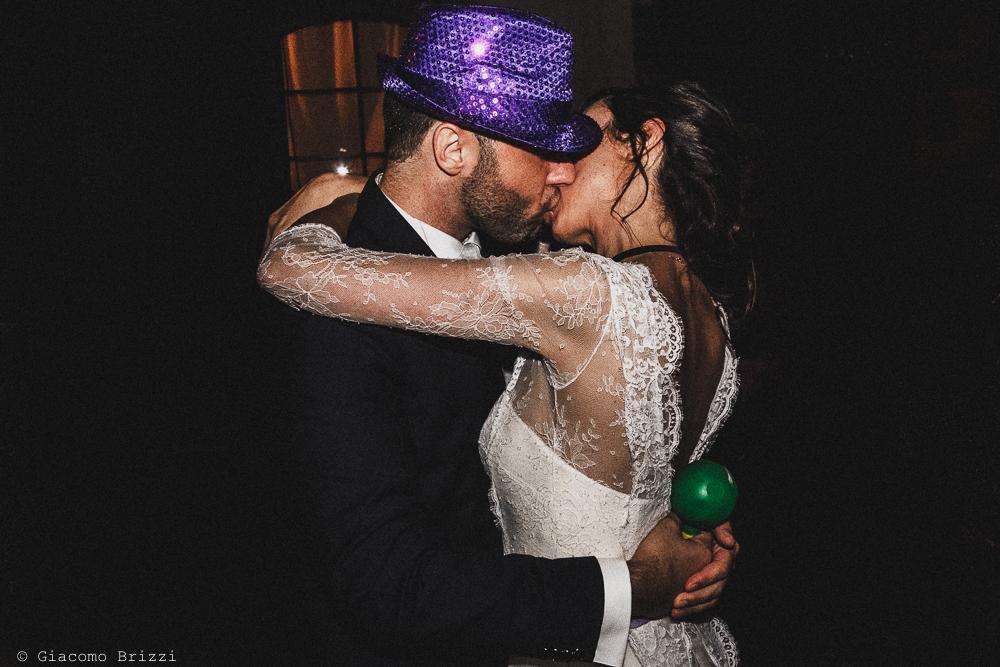 Il bacio tra gli sposi al ricevimento matrimonio Castello di Paderna a Pontenure