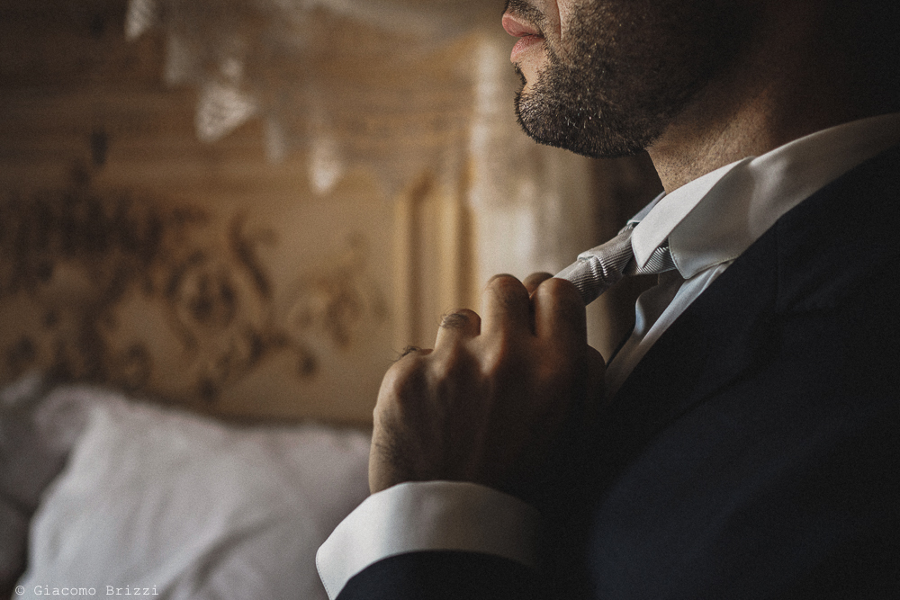 Lo sposo è quasi pronto fotografo matrimonio Castello di Paderna a Pontenure