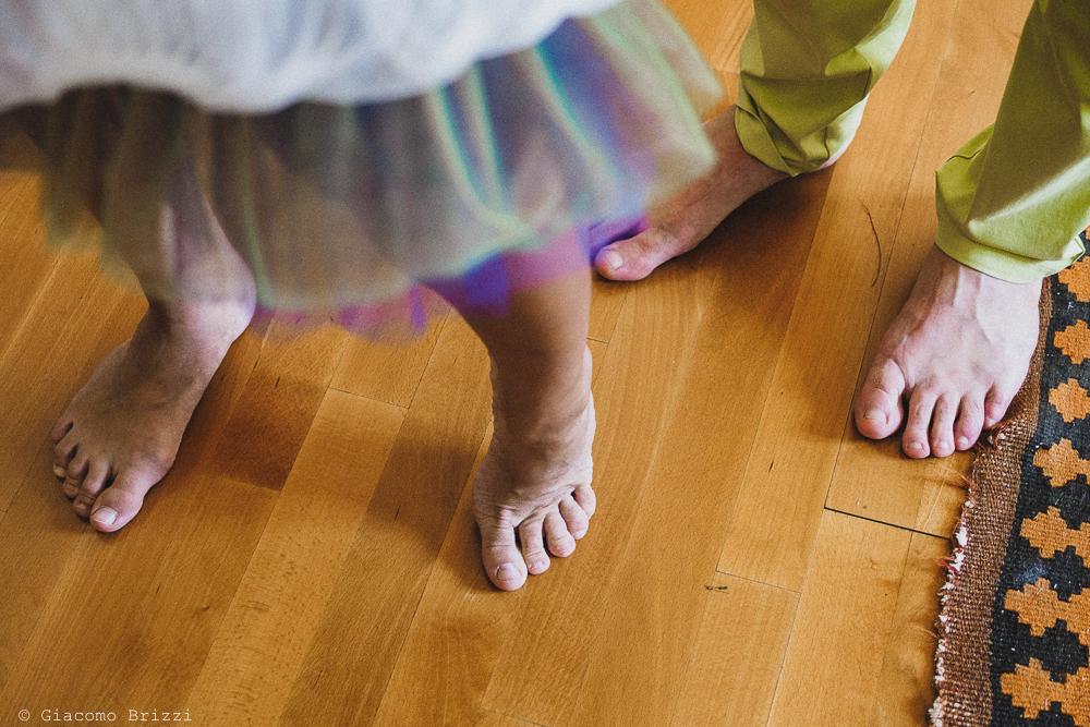 Foto di dettaglio sui piedi, fotografo matrimonio Sarzana, Liguria