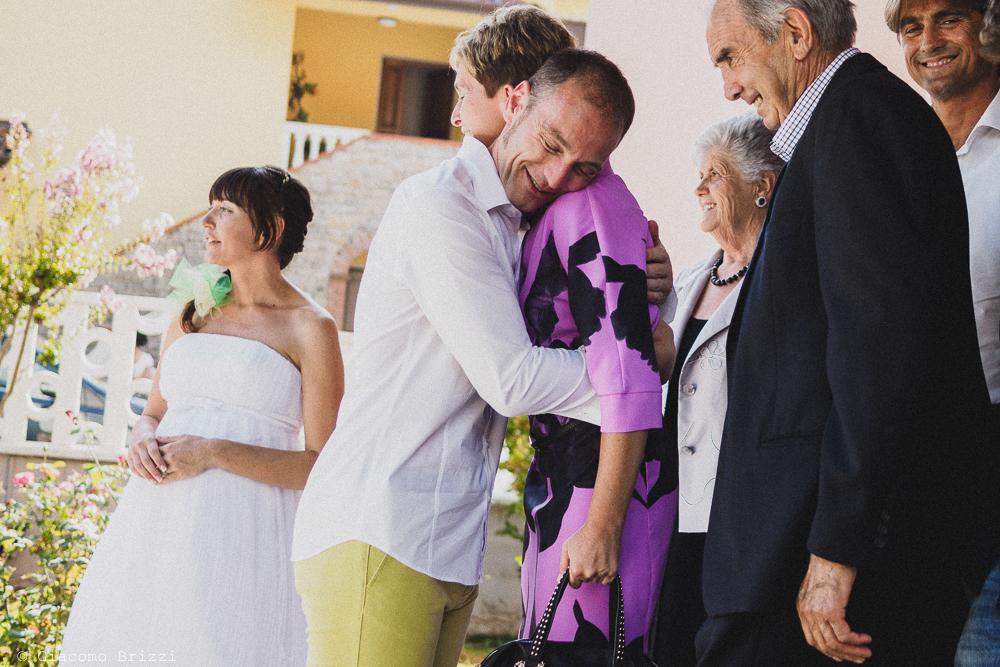 Un abbraccio con lo sposo, fotografo matrimonio Sarzana, Liguria