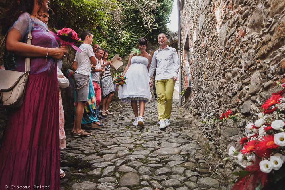 Gli sposi camminano lungo la discesa, fotografo matrimonio Sarzana, Liguria