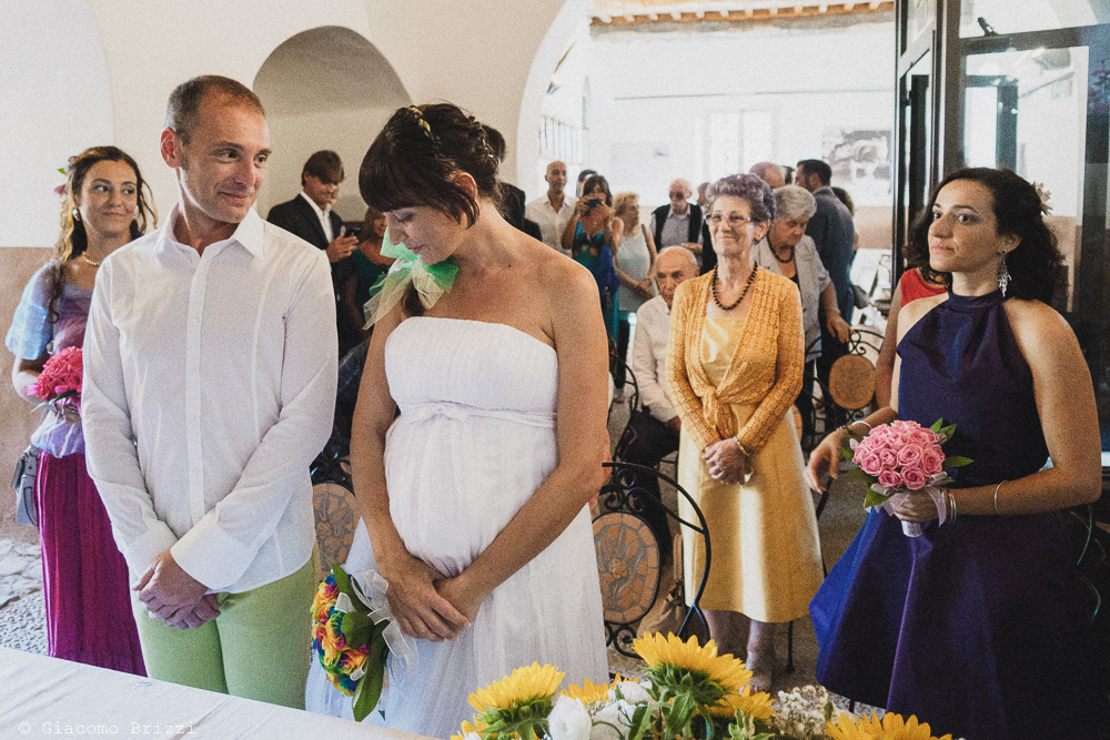 Lo sguardo innamorato dello sposo verso la sua sposa, fotografo matrimonio Sarzana, Liguria