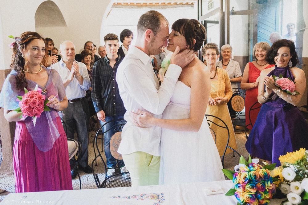 Il bacio degli sposi all'altare, fotografo matrimonio Sarzana, Liguria