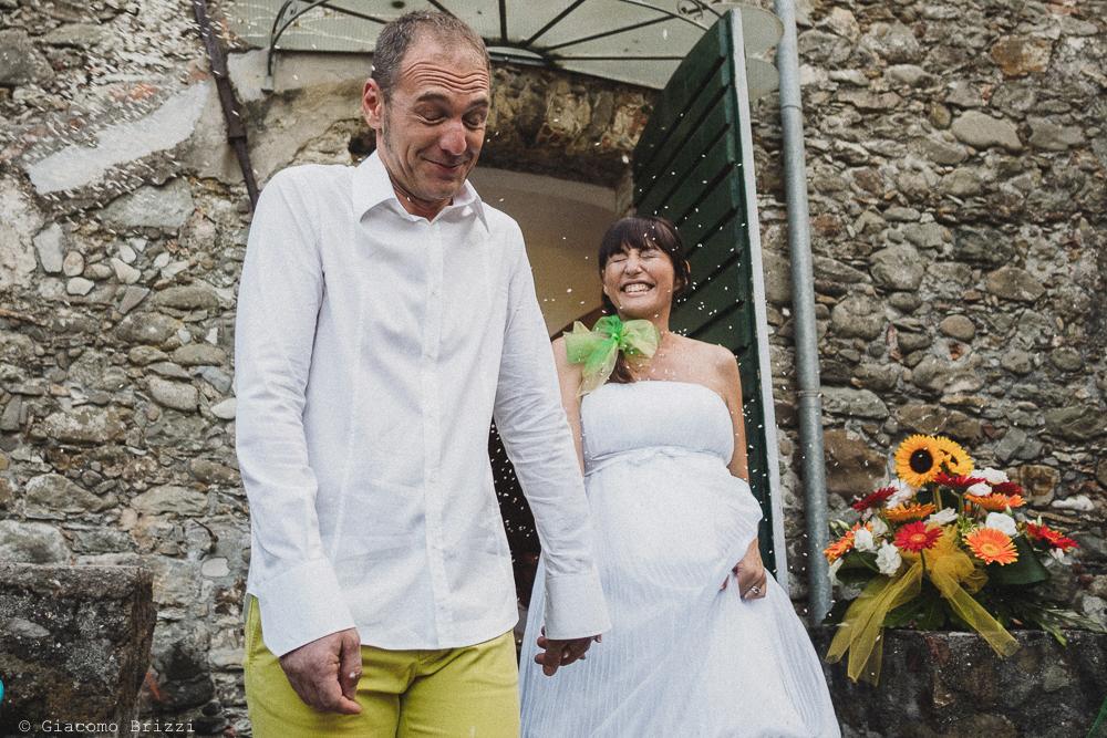 Gli sposi escono dalla chiesa, fotografo matrimonio Sarzana, Liguria