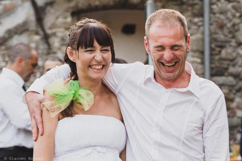 Gli sposi sorridenti sono abbracciati, fotografo matrimonio Sarzana, Liguria