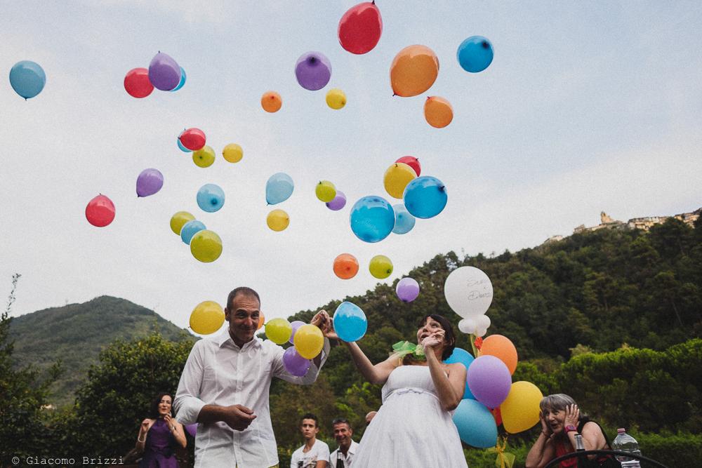 Si fanno volare i palloncini colorati, fotografo matrimonio Sarzana, Liguria